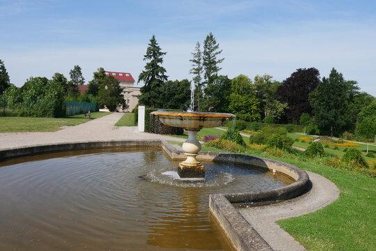 Schlossgarten in Neustrelitz mit Schalenbrunnen am Rondell
