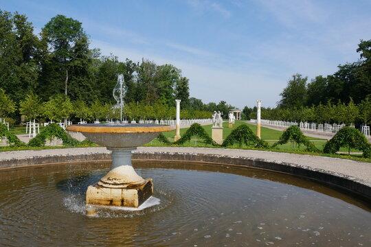 Schalenbrunnen im Barockgarten im Schlossgarten Neustrelitz