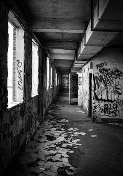 Pasillos en blanco y negro de una fábrica abandonada.