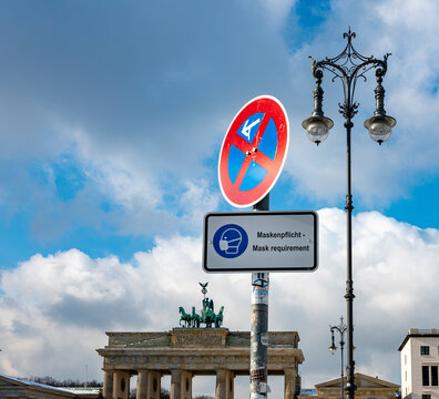 Traffic signs with the additional mask requirement at the Brandenburg Gate