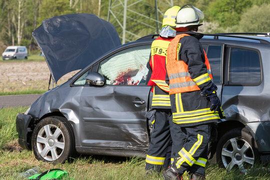 Einsatzkräfte der Feuerwehr am Unfallort