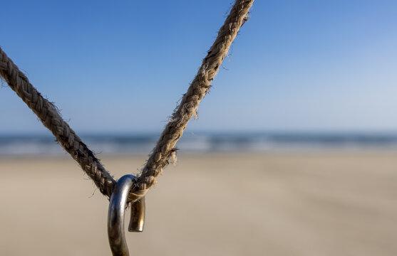 gancho pendurado em corda na praia de SP