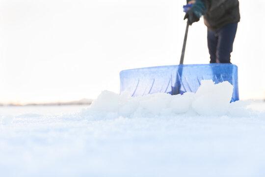 除雪をする人