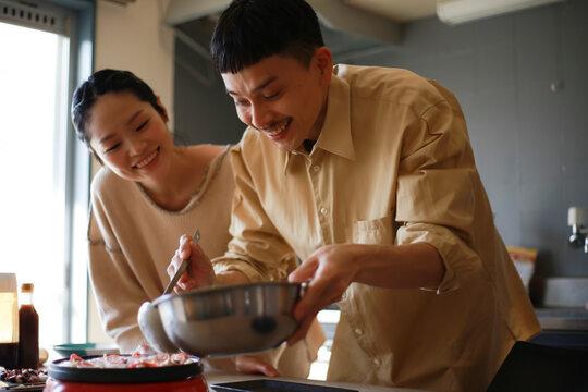 自宅でたこ焼きを作る夫婦