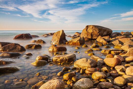 Steine an der Ostseeküste bei Lohme auf der Insel Rügen