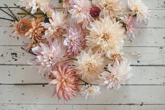 Dahlien und Sommerblumen aus dem Schnittblumengarten auf einem alten Holztisch