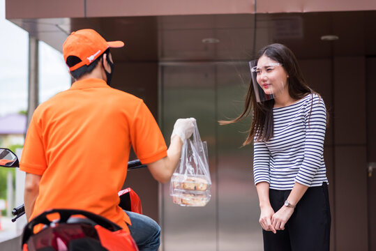 Woman sorry to deliveryman for delay pick up