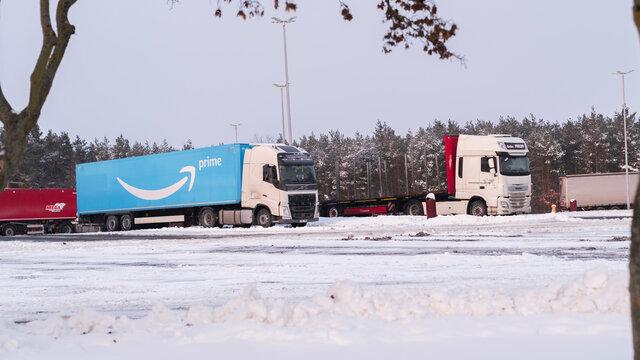 Deutschland , Lübben , 09.02.2021 , Ein LKW von Amazon Prime steht auf verschneiten Rastplatz