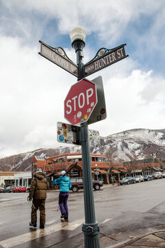 skiers walk through downtown Aspen at the end of the day, Aspen Ski Resort