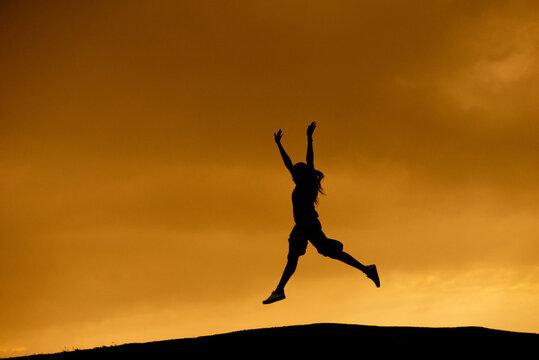 silueta de mujer practicando saltos y deporte