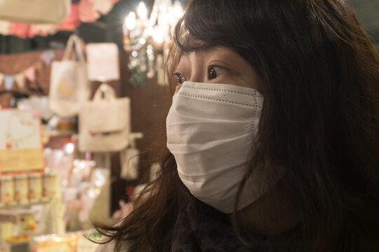 マスクをつける女性 買い物