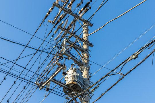 電信柱と電線の交差