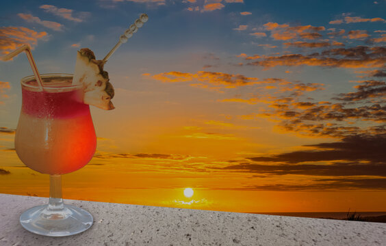 cocktail sur plage au coucher du soleil