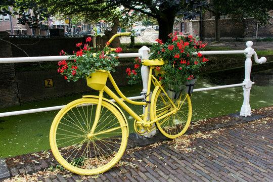 Fahrrad an einer Gracht in Delft.