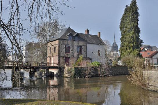 Rivière Sauldre et église Saint-Etienne, Romorantin-Lanthenay, commune du Loir et Cher, France.