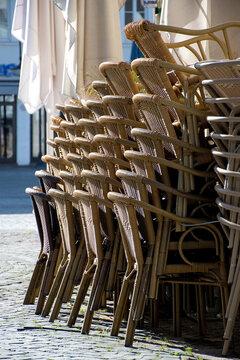 Lockdown, Stühle und Tische auf dem Marktplatz in Saarbrücken gestapelt