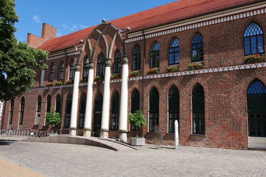 Rathaus in Parchim mit Säulen in Backsteingotik