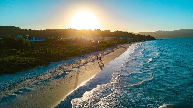 Por do sol na praia com ondas