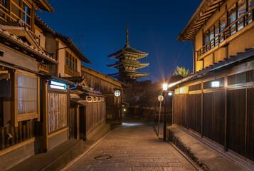 Fototapete - Night scenery of old street in historical city Kyoto, Japan