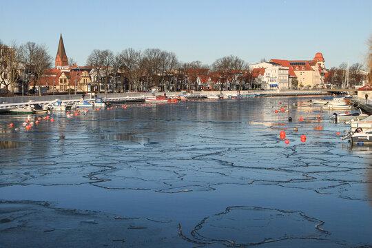 Winter an der Ostsee; Blick über den Alten Strom in Warnemünde