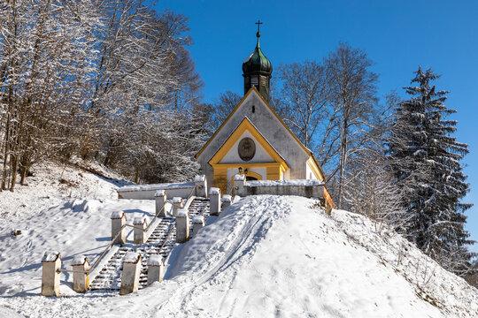 Kapelle im Winter im Schnee in Pöttmes, Bayern