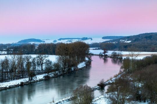 Morgendämmerung über der Donau im Winter in Lechsend, Bayern