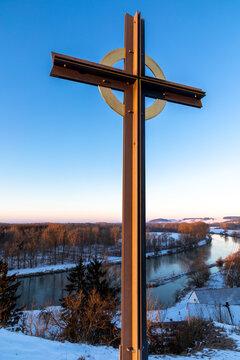 Eisernes Kreuz über der Donau im Winter in Lechsend, Bayern