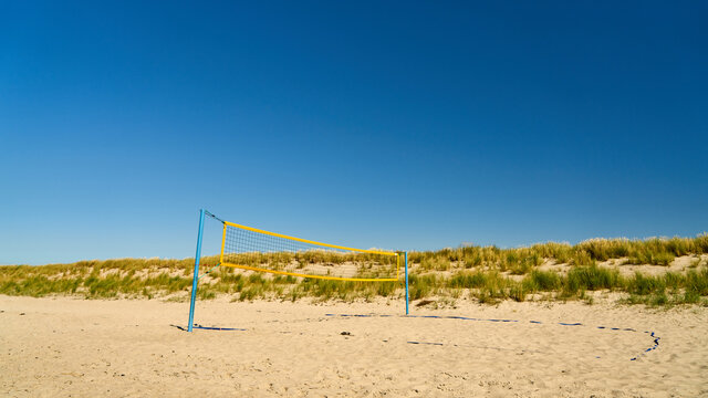 Spielfeld mit Netz für Beachvolleyball am Sandstrand