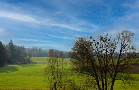 Landschaft mit Himmel und Feld