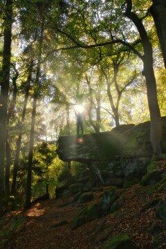 Wanderer auf dem Kirkeler Felsenweg, Saarland