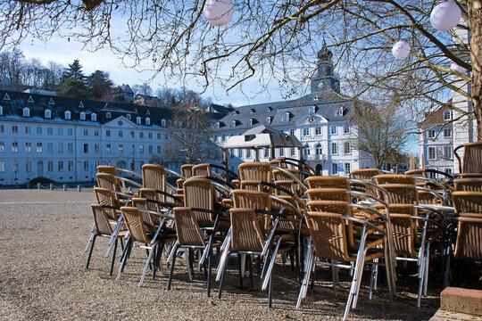 Lockdown, Stühle und Tische gestapelt vor dem Saarbrückener Rathaus