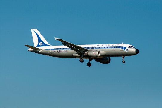 Avión de línea A320 de Air France retro aterrizando en París