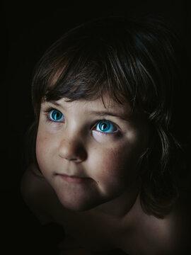 preciosa niña de ojos azules