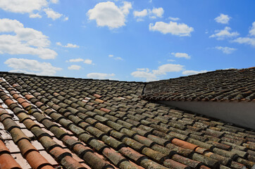 Fototapeta Dachówki i błękitne niebo z chmurami obraz