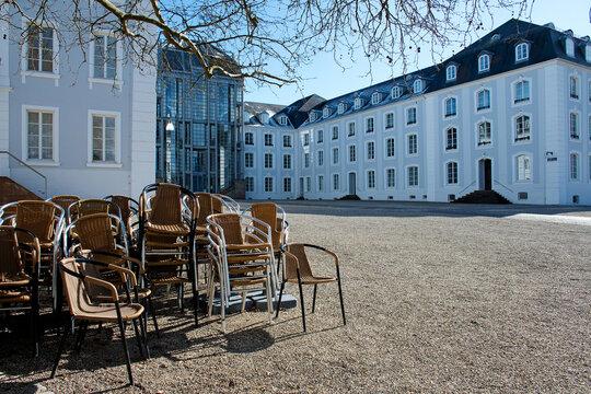 Lockdown, gestapelte Stühle und Tische vor dem Saarbrücker Schloss