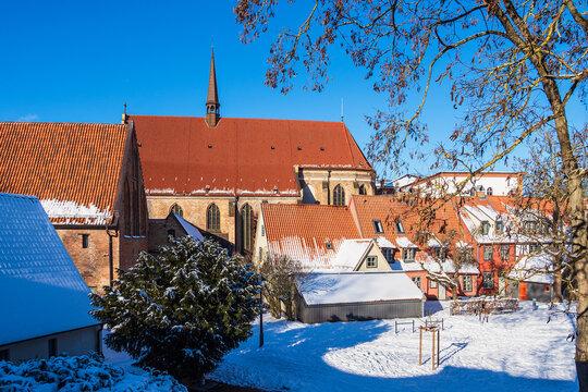 Blick auf das Kloster zum Heiligen Kreuz im Winter in der Hansestadt Rostock