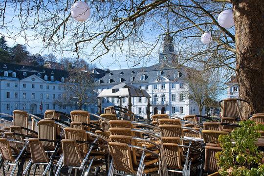 Lockdown, Stühle und Tische vor dem Saarbrückener Rathaus gestapelt