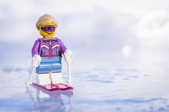 Lippstadt - Deutschland 17. Februar 2021 Lego Skifahrerin