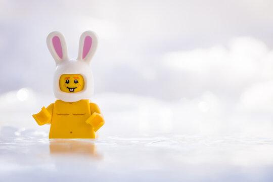 Lippstadt - Deutschland 17. Februar 2021 Lego Osterhase beim Eisbaden
