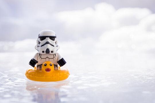Lippstadt - Deutschland 17. Februar 2021 Lego Stormtrooper mit Ente