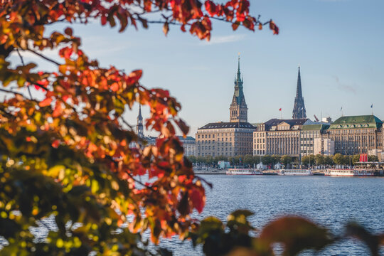 Germany, Hamburg, Binnenalster lake with city centre in autumn
