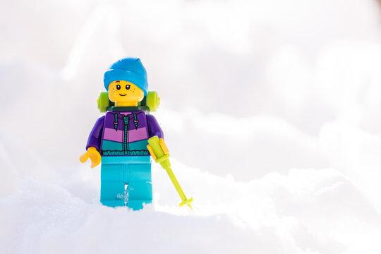 Lippstadt - Deutschland 17. Februar 2021 Lego Wanderer im Schnee