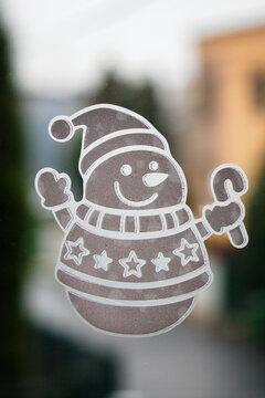 Sticky sticker snowman on the window.