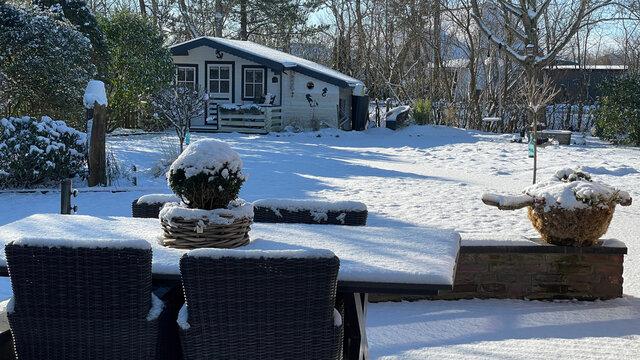 Schnee in einem Garten