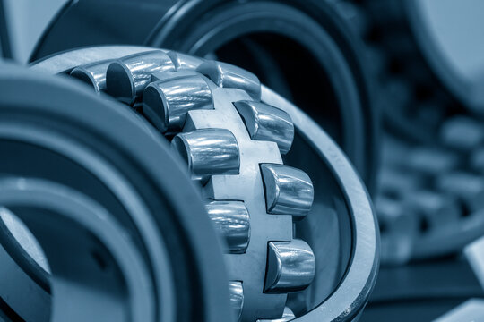 The cylindrical rolling bearing part de-assembly process. The mechanical part manufacturing concept .