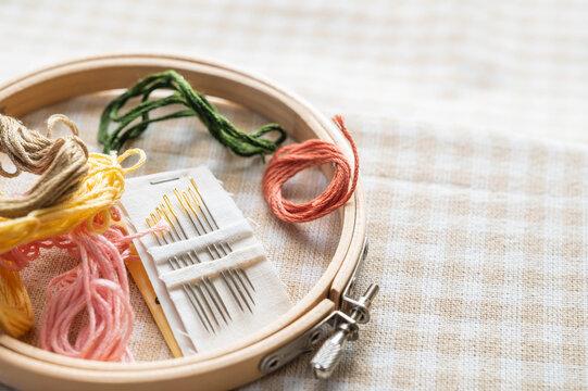 刺繍 枠と刺繍針と糸