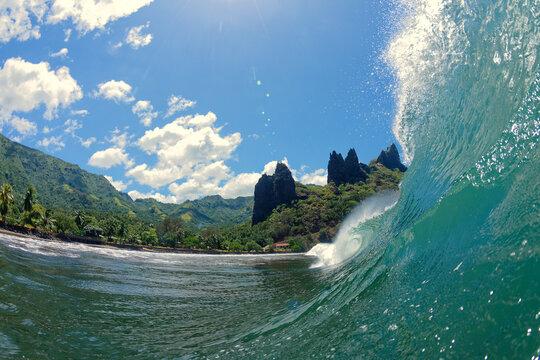 vague déferlante et tubulaire - iles marquises - polynesie francaise