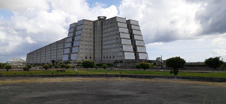 gran bandera de la república dominicana colgada en un edificio comercial, concepto libertad