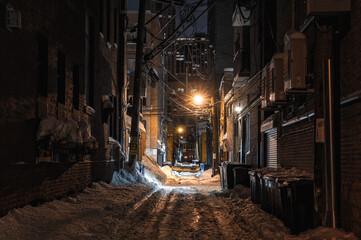 besneeuwde steeg in de nacht