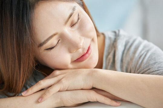 동양인 한국인 아름다운 여성 모델 침대위에서 노트북을 보며 휴식, 쇼핑, 화상채팅